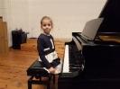 17 pianistów w muzycznej sali